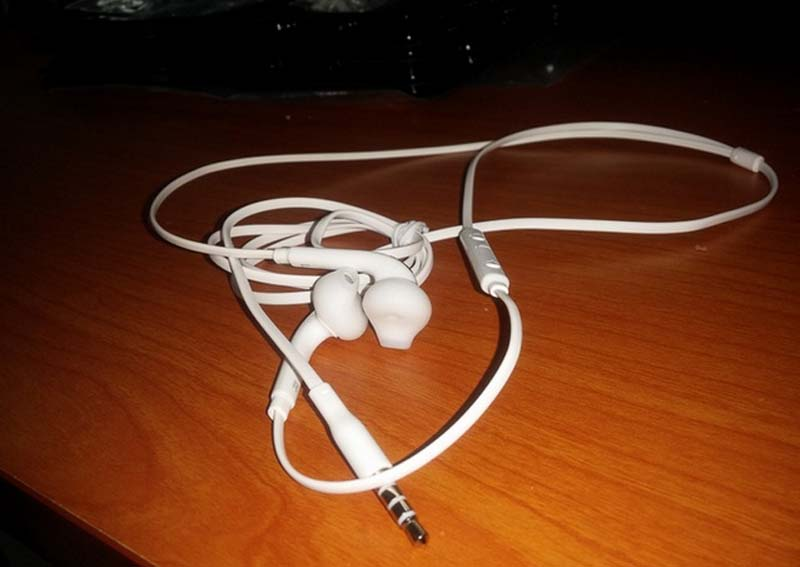 Leaked Samsung Galaxy S6 Earbuds-1